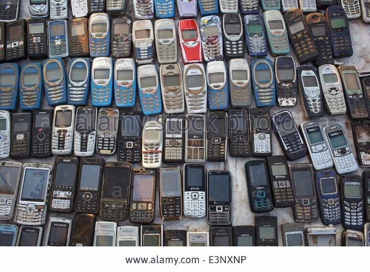 old-used-mobile-phones-cellphones-mostly-nokia-for-sale-at-the-flea-E3NXNP.jpg