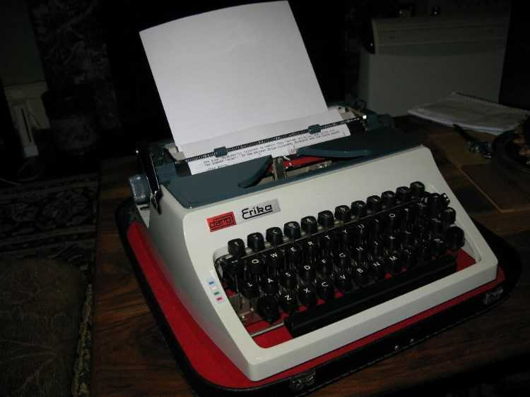 Erika Daro 1970s vintage portable manual typewrite