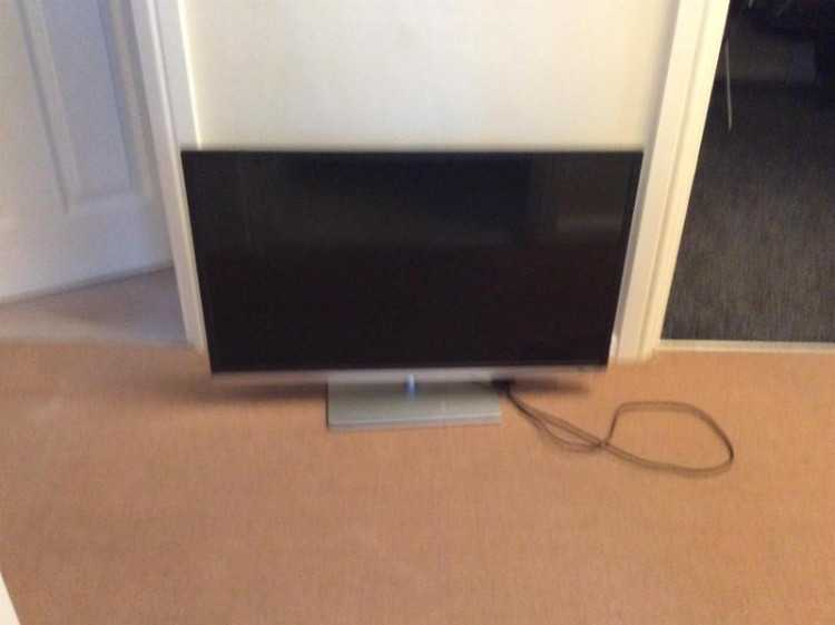 "TOSHIBA 32"" FULL HD TV"